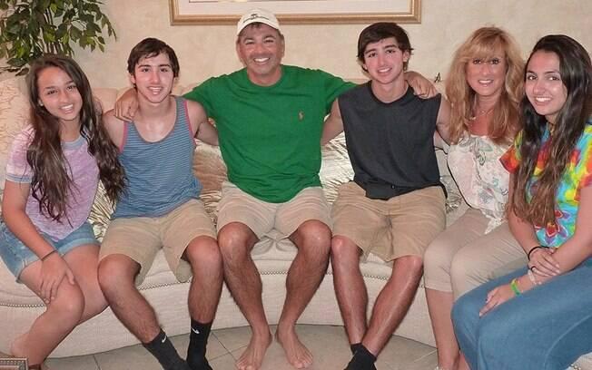 Jazz Jennings (à esq.), adolescente trans de 14 anos e estrela do YouTube, com sua família