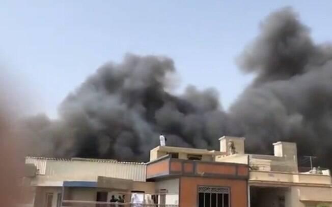 nuvem de fumaça por trás de casas
