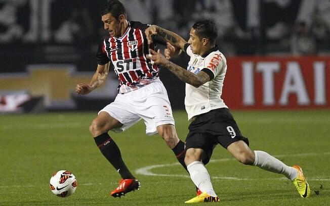 Guerrero pressiona Lúcio na saída de bola do  São Paulo