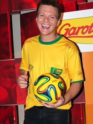 Michel Teló com a bola Brazuca