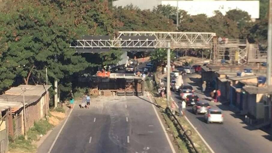 Carreta tomba, choca em residências e deixa feridos em Belo Horizonte, MG