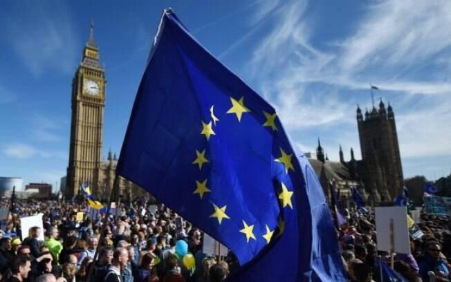 Milhares de britânicos protestam contra o