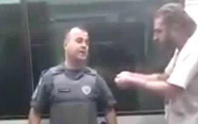 Na imagem, é possível ver o dirigente do PT discutindo com policiais momentos antes de ter seu braço quebrado