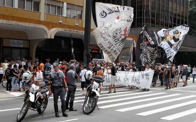 Torcedores da Gaviões da Fiel fizeram  protesto em frente ao Consulado da Bolívia em São  Paulo