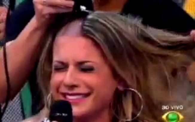 Babi Rossi foi obrigada a raspar o cabelo no
