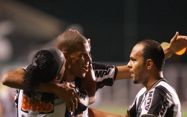 Leonardo Silva é abraçado após marcar gol