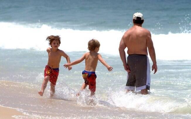 Filhos de Britney Spears se divertem na praia
