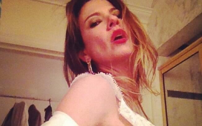 Luciana Gimenez faz poses sensuais e publica fotos no Twitter...
