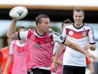 Alemães começaram o treino com uma atividade recreativa e usaram uma bola de futebol americano