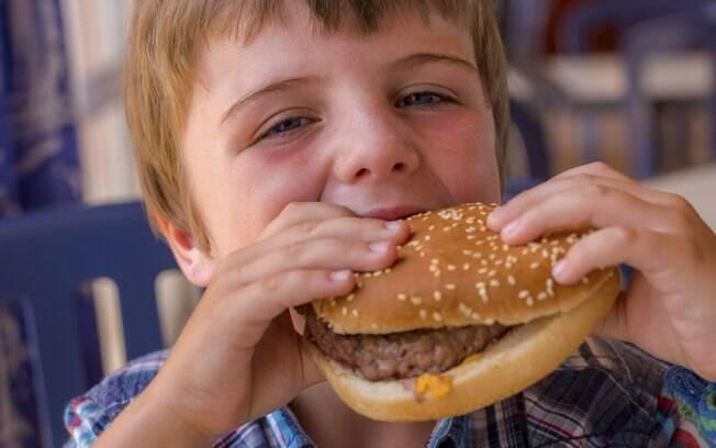 Ricos em gordura e açúcar, os fast food comprometem o aprendizado infantil. De acordo com a pesquisa, o risco é maior em famílias que consomem esses alimentos rotineiramente