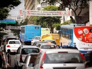 CIDADES. BELO HORIZONTE, MG.  Avenida Augusto de Lima agora tem faixa exclusiva para o Move. Sinalizacao na via ja avisa motoristas.  FOTOS: LINCON ZARBIETTI / O TEMPO / 21.05.2014
