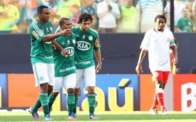 Mazinho (centro) é cumprimentado por Obina e  Valdivia após marcar o segundo do Palmeiras no  triunfo sobre o Náutico