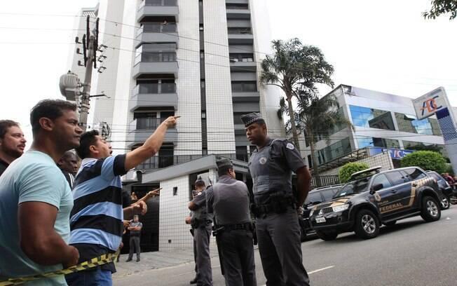 Atrás de cordão de isolamento, manifestantes brigam com policiais em frente à casa de Lula, em São Bernardo do Campo . Foto: CLAYTON DE SOUZA/ESTADÃO CONTEÚDO - 4.3.16