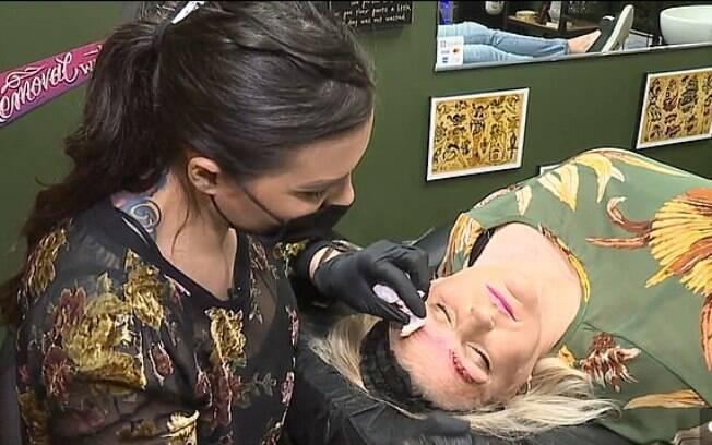 Ledbetter está fazendo um tratamento de remoção do procedimento estético com uma tatuadora do Missouri