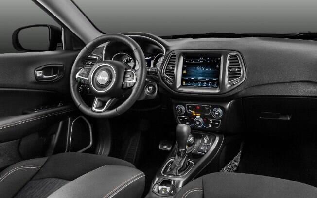 Assim como por fora, o interior vem com alguns itens pintados preto o que acaba conferindo um caráter exclusivo ao SUV