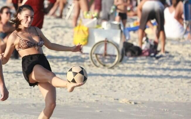 Isis Valverde curtiu domingo de sol no Rio