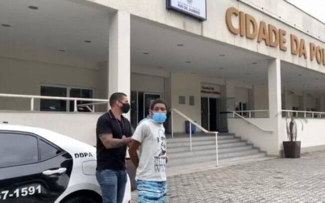 Imagem do traficante sendo preso foi divulgada em redes sociais
