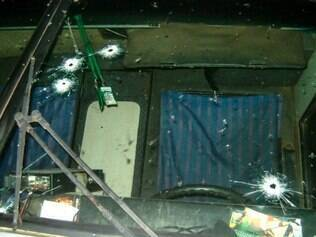 Suspeitos atiraram no para-brisa do ônibus
