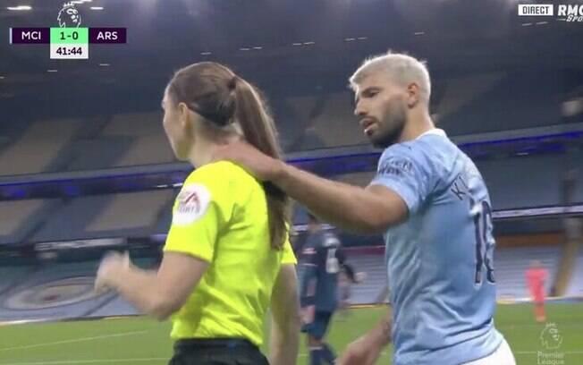 Aguero segurou auxiliar pelo ombro durante reclamação