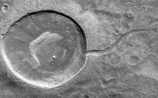 O formato peculiar da cratera pode ser explicado justamente pela possibilidade de já ter abrigado água no passado