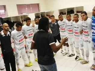 Roque Júnior orienta jogadores do XV de Piracicaba