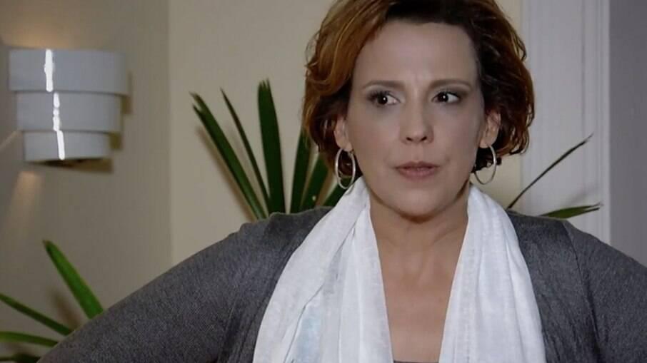 Júlia é convidada para fazer um comercial e Eva se interessa