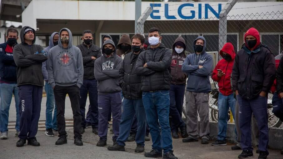 Funcionários cruzaram os braços por tempo indeterminado nesta terça-feira (15)