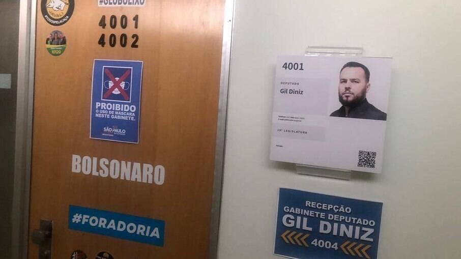Aviso na porta do gabinete do deputado estadual Gil Diniz