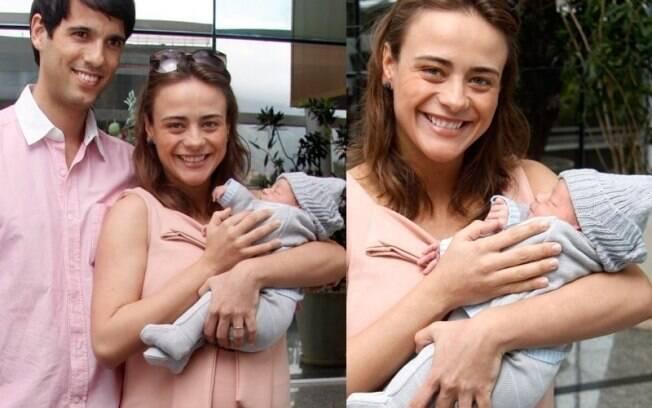 Juliana Silveira deixa a maternidade com o filho Bento e o marido