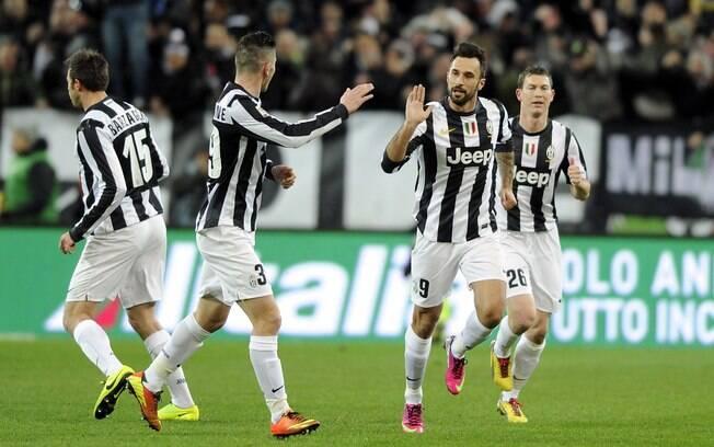 Vucinic recebe o cumprimento de Luca Marrone  após marcar gol da Juventus
