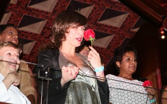Maria Paula ganha uma flor do Rei Roberto Carlos no cruzeiro do cantor
