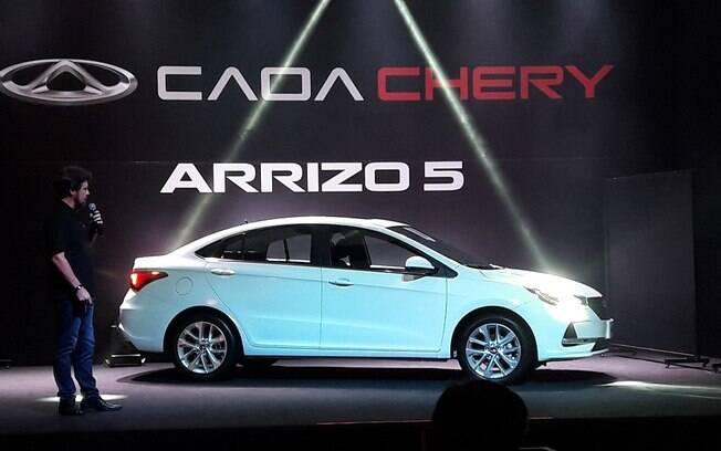 O Caoa Chery Arrizo 5 apresentado pelo diretor de marketing, Henrique Sampaio: estreia num mercado de 500.000 carros/ano.