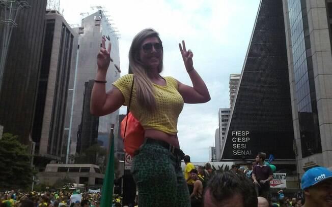 Mulher posa para foto durante manifestação neste domingo (15). Foto: Barbara Liborio/iG