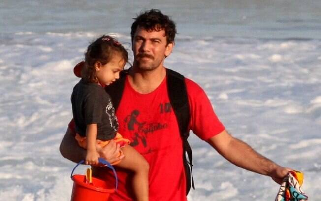 Marcelo Faria brinca com Felipe na praia do Leblon, no Rio