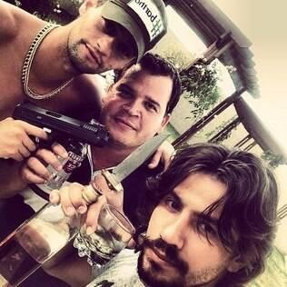 Munhoz e Mariano posam com armas e bebidas e causam polêmica na rede social