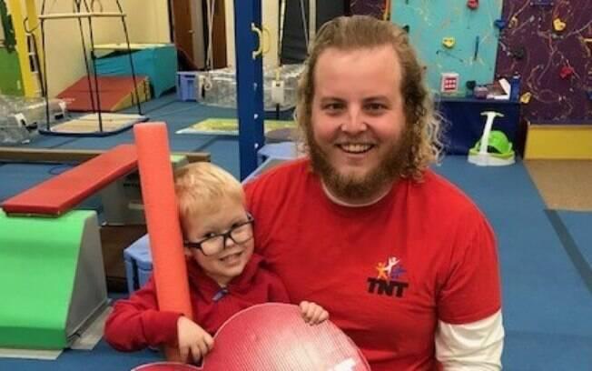 O vídeo de Wyatt Burggraff, a criança cadeirante, foi compartilhado no Facebook pela academia TNT, frequentada por ele