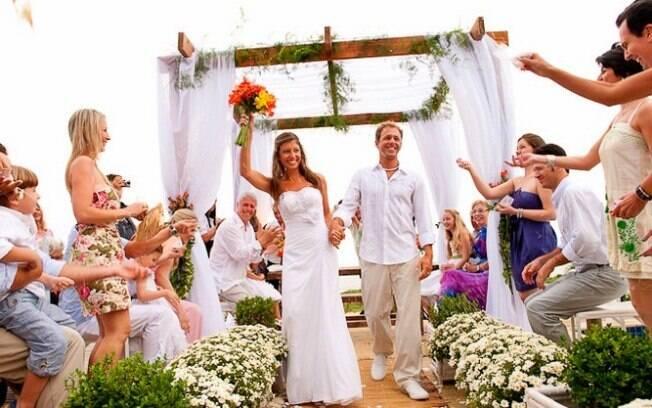 Casamentos informais estão em alta. Veja dicas para acertar no look para a cerimônia.