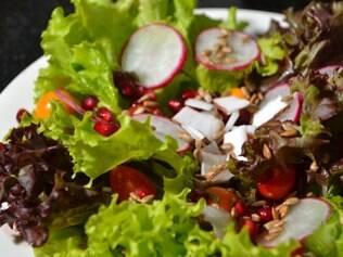 Salada clássica pode ganhar sabor com ingredientes como a romã