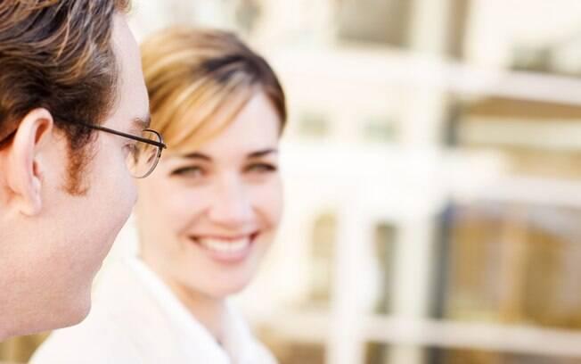 Atenção à linguagem corporal permite perceber se o interlocutor é tímido ou confiante