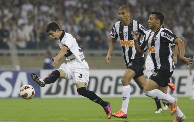 Michel e Leonardo Silva observam Silva  arrematar a gol