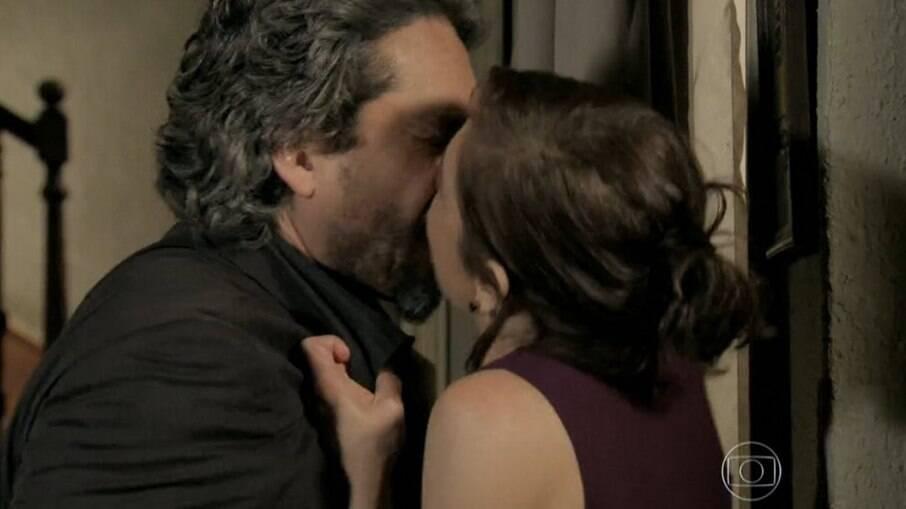Cora e o Comendador se encontram em hotel