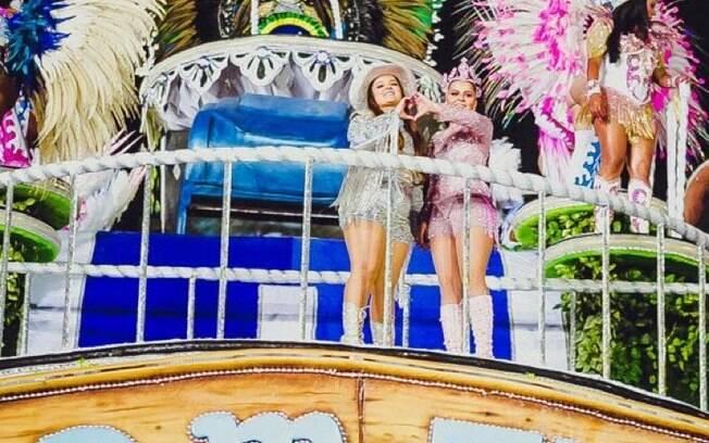 A dupla Maiara e Maraísa em cima de carro alegórico durante desfile da Rosas de Ouro