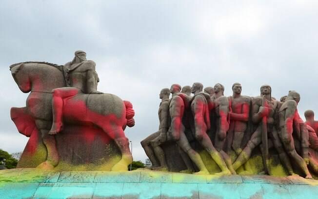 Monumento às Bandeiras, na zona sul de São Paulo, foi alvo de atos de vandalismo