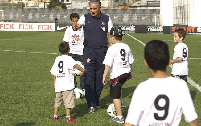 Tite orienta crianças do GRAACC durante  treino do Corinthians um mês antes do Mundial