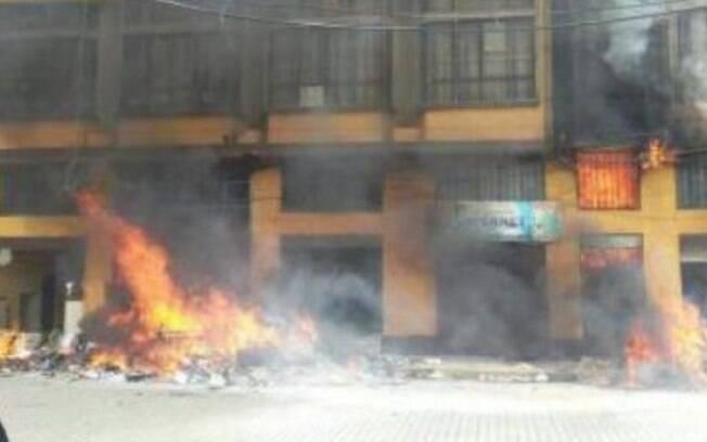 Chamas tomam conta do edifício do governo municipal comandado pela oposição a Evo Morales
