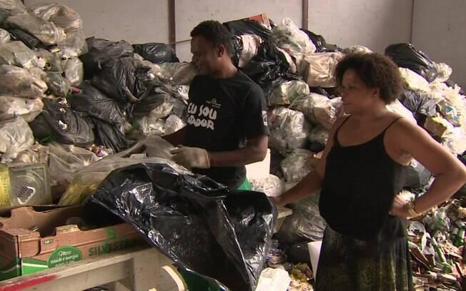 Catadores  trabalham em polo de reciclagem, inaugurado após fechamento de lixão
