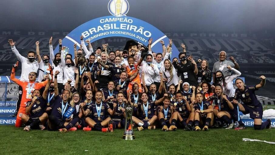 O time feminino celebrando o terceiro título do Brasileirão