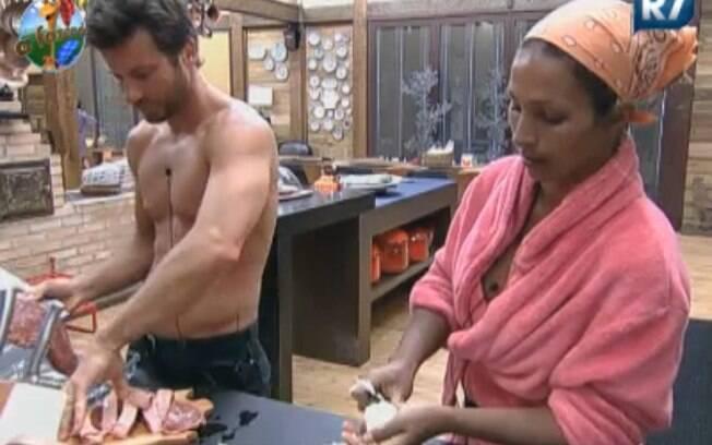 Marlon e Valesca preparam almoço