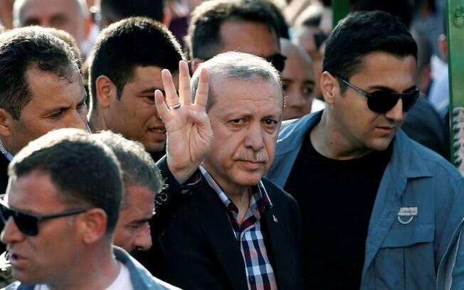"""Presidente turco acusou a chanceler da Alemanha de """"apoiar terroristas"""", em referência ao caso da prisão do jornalista"""