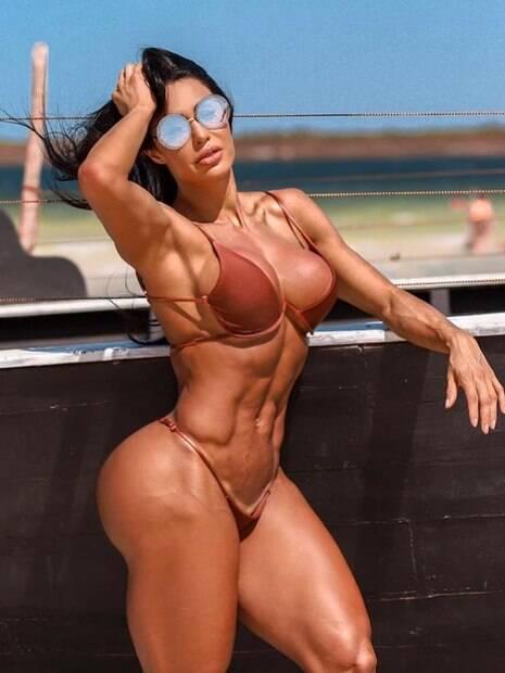 Com micro biquíni nude, Gracyanne Barbosa transborda sedução